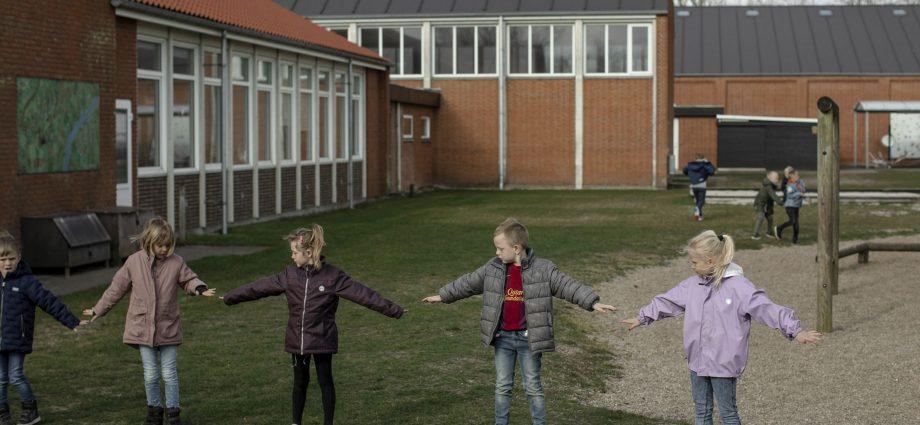Bagaimana Sekolah yang dibuka Kembali di Denmark Memisahkan Anak-Anak Dengan Aman?